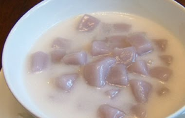 Bua Loi Phuak (Taro balls in coconut cream)