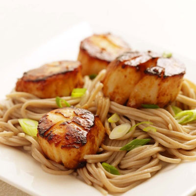 Warm Buckwheat Noodles with Scallops in Tomato-Pepper Sauce